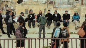 JERUSALÉM, ISRAEL - 10 DE FEVEREIRO DE 2015: Um grupo de turistas judaicos ortodoxos americanos gasta a reunião no telhado da cid video estoque