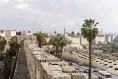 Jerusalém Israel, o 17 de dezembro de 2016: As paredes e as casas antigas Imagens de Stock