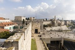 Jerusalém Israel, o 17 de dezembro de 2016: As paredes e as casas antigas Imagens de Stock Royalty Free
