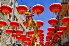 Jerusalém, Israel, o 3 de outubro de 2016: Rua Gerbert Samuel decorado com as lanternas chinesas vermelhas e o dragão chinês dour Fotos de Stock