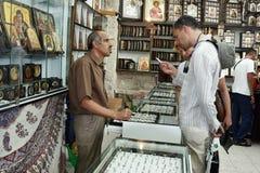 Jerusalém, Israel, 06 07 2007 pares novos que consideram a variedade nos ícones da loja fotografia de stock