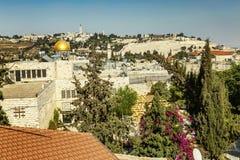 Jerusalém, Israel, 09/11/2016: Vista superior bonita dos telhados das casas na cidade velha Dia ensolarado brilhante C?u azul fotos de stock