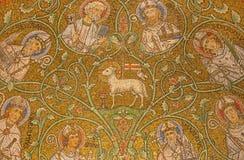 Jerusalém - o mosaico do cordeiro do deus entre Saint na abside lateral da abadia de Dormition imagens de stock
