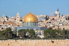 Jerusalém - probabilidade do Monte das Oliveiras à cidade velha com os DOM da rocha, igreja do redentor, basílica do sepulcro san foto de stock