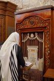 JERUSALÉM - Xaile de oração vestindo do homem judaico Foto de Stock Royalty Free