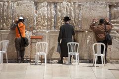 JERUSALÉN - 2 DE ABRIL DE 2008: Los judíos ortodoxos ruegan en el Wa que se lamenta Imagen de archivo libre de regalías
