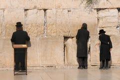 JERUSALÉN - 27 de julio: Los judíos ruegan en pared el 27 de julio de 2012 occidental en Jerusalén, Israel Imagenes de archivo