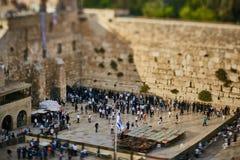 Jerusalén - 15 de noviembre de 2016: Gente cerca de la pared que se lamenta adentro Foto de archivo