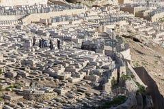 Jerusalén - el cementerio judío en el monte de los Olivos y el entierro de judíos ortodoxos Foto de archivo