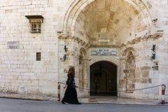 JERUSALÉN, ISRAEL - 2 de abril de 2018: Persona que camina por el santo armenio Jacques de Couvent fotos de archivo libres de regalías