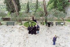 Jerusalén, Israel - 15 de febrero 2017 Iglesia de St Mary Magdalene Los peregrinos hacen una foto en el fondo del templo Visión f Fotografía de archivo