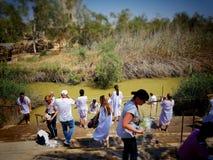 Jerusalén/Israel - 4 de julio de 2017 - bautizo del río Jordán/punto del bautismo Peregrinaje cristiano foto de archivo