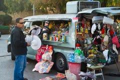 JERUSALÉN, ISRAEL - 2 DE NOVIEMBRE: El hombre israelí vende la comida, bebe a Fotografía de archivo libre de regalías