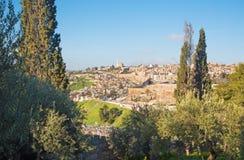 Jerusalén - perspectiva del monte de los Olivos a la abadía de Dormition y a la pieza del sur de paredes de la ciudad Imagen de archivo