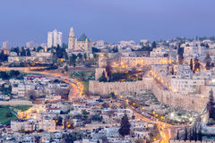 Jerusalén - perspectiva del monte de los Olivos a la abadía de Dormition y a la pieza del sur de paredes de la ciudad por mañana Fotos de archivo libres de regalías
