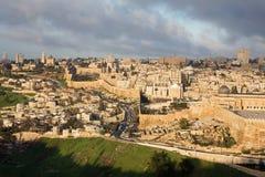 Jerusalén - perspectiva del monte de los Olivos a la abadía de Dormition y a la pieza del sur de paredes de la ciudad por mañana Fotografía de archivo libre de regalías