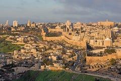 Jerusalén - perspectiva del monte de los Olivos a la abadía de Dormition y a la pieza del sur de paredes de la ciudad por mañana Foto de archivo
