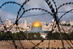 Jerusalén a través del alambre de la maquinilla de afeitar Foto de archivo libre de regalías