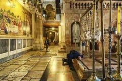 Jerusal?m, Israel, 09/11/2016: Crentes no templo Sepulcher santamente para rezar fotografia de stock