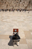 JERUSALEM - APRIL 02, 2008: En ortodox jude med en bokTorah pr Royaltyfria Foton