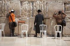 JERUSALEM - APRIL 02, 2008: Ortodoxa judar ber på den att jämra sig Waen Royaltyfri Bild
