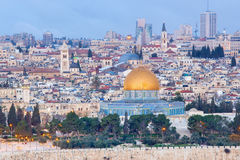 Jerusalem - Aussicht vom Ölberg zur alten Stadt an der Dämmerung Stockfotos