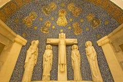 Jerusalem - das Mosaik von Madonna und die bildhauerische Gruppe der Kreuzigung in der Seitenapsis von Dormitions-Abtei Lizenzfreies Stockbild