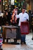Jerusalem December 2012: Den unga slaktaren handlar kött i Jerusalem souk royaltyfri foto