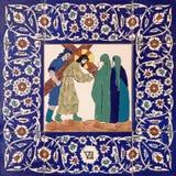 Jerusalem - den keramiska belade med tegel stationen av den arga vägen i St George anglicanskyrka från 20 cent Royaltyfri Bild