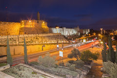 Jerusalem - der Turm von David und Westteil von den alten Stadtmauern an der Dämmerung Lizenzfreie Stockfotografie
