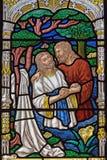 Jerusalem - die Taufe von Christus-Szene auf der Fensterscheibe in der St- Georgeanglikanerkirche vom Ende von 19 cent Lizenzfreie Stockfotografie