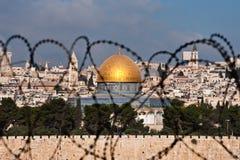 Jerusalem durch Rasiermesser-Draht Stockfotografie