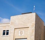 Jerusalem emblem och israeliska flagga p? en byggnad i gammal stad arkivbild