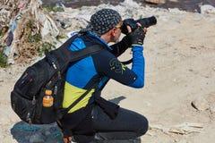 Jerusalem - 10 04 2017: En fotograf i mountaisna nära Jeru Royaltyfri Fotografi