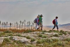Jerusalem - 10 04 2017: Grupp människor som trekking i mountaisna Royaltyfri Foto