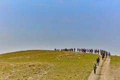 Jerusalem - 10 04 2017: Grupp människor som trekking i mountaisna Royaltyfri Bild