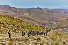 Jerusalem - 10 04 2017: Grupp människor som trekking i mountaisna Fotografering för Bildbyråer