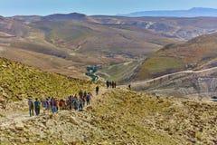 Jerusalem - 10 04 2017: Grupp människor som trekking i mountaisna Arkivbild
