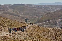 Jerusalem - 10 04 2017: Grupp människor som trekking i mountaisna Arkivfoton