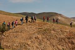 Jerusalem - 10 04 2017: Grupp människor som trekking i mountaisna Royaltyfri Fotografi