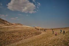 Jerusalem - 10 04 2017: Grupp människor som trekking i mountaisna Arkivbilder