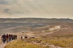 Jerusalem - 10 04 2017: Grupp människor som trekking i mountaisna Arkivfoto