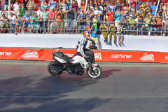 JERUSALEM/ISRAEL - 2013年6月13日:克里斯普法伊费尔著名摩托车竟赛者,著名为他的特技。 免版税库存照片