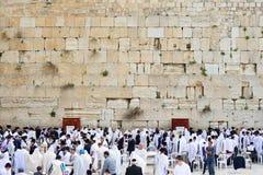 JERUSALEM ISRAEL - APRIL 2017: Den västra väggen eller den att jämra sig väggen är det mest holiest stället till judendom i den g arkivbild