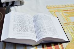 JERUSALEM ISRAEL - APRIL 2017: Talmud Tora Tanach Books som ligger på tabellen under bön i stångMitzwa ceremoni på den västra väg royaltyfria bilder