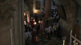 JERUSALEM, ISRAEL - 25. August 2018: Christen, die am Wunder des heiligen Feuers an Ostern-Tag teilnehmen Das heilige Feuer ist e stock video