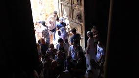 Jerusalem, Israel - 25. August 2018: Leute, die zum Eingang zur Kirche des heiligen Grabes in Jerusalem gehen stock footage