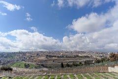 Jerusalem, Israel - 15. Februar 2017 Ansicht der alten Stadt von der Spitze des Ölbergs Alter jüdischer Kirchhof Stockfotos