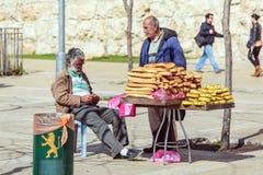 JERUSALEM, ISRAEL - 20. FEBRUAR 2013: BrotStraßenhändler chatt Stockbild
