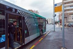 JERUSALEM, ISRAEL - 17. FEBRUAR 2013: Leute, die Metrobus verwenden Stockfotografie